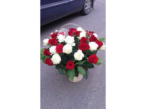 35 роз в корзине