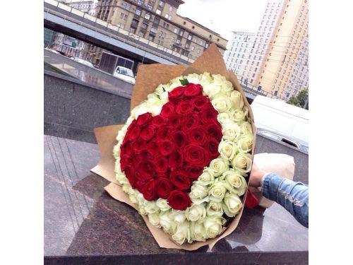 101 роза. Букет в виде сердца из красных и белых роз